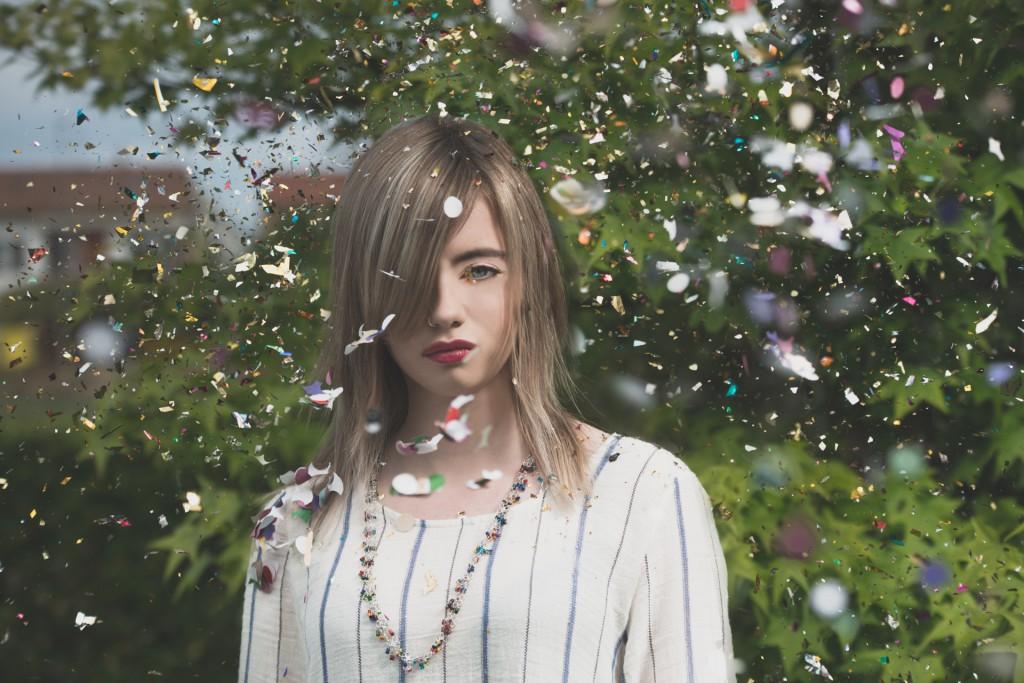 Avanguardia e colore. Il biondo perla sconfina nel bianco in delicati riflessi argentei.