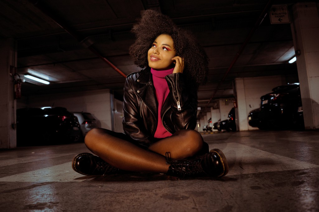Declinazione Urban per il look afro che si muove in totale libertà.